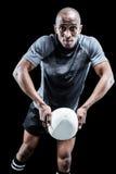 Портрет шарика игрока рэгби бросая Стоковое фото RF