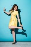 Портрет шаловливой милой женщины в представлять платья Стоковое Фото