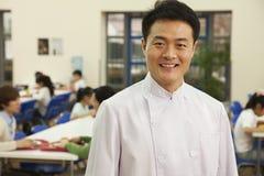 Портрет шеф-повара в школьном кафетерии стоковые изображения