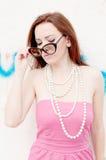 Портрет шикарной женщины с солнечными очками стоковые изображения