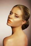 Портрет шикарной золота покрашенного женщиной стоковое изображение