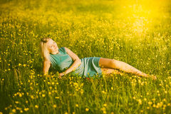 Портрет шикарной молодой женщины в солнечном свете снаружи Стоковое Изображение RF