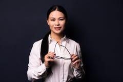 Портрет шикарно одетой молодой шикарной женщины брюнет стоковое фото rf