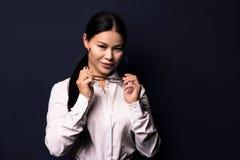 Портрет шикарно одетой молодой шикарной женщины брюнет стоковые изображения rf