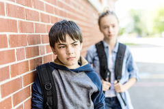 Портрет школы 10 лет мальчика и девушки имея потеху снаружи Стоковые Изображения RF