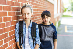 Портрет школы 10 лет мальчика и девушки имея потеху снаружи Стоковое Изображение RF