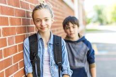 Портрет школы 10 лет мальчика и девушки имея потеху снаружи Стоковое фото RF