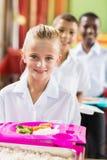 Портрет школьницы имея обед во время периода отдыха стоковое изображение rf