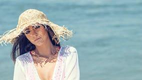 Портрет шляпы лета красивой молодой женщины нося на пляже C стоковые изображения rf
