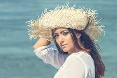 Портрет шляпы лета красивой молодой женщины нося на пляже C стоковое изображение rf