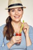 Портрет шляпы молодой женщины нося держит красный сок стеклянный Стоковая Фотография RF