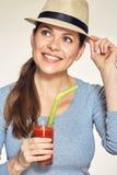 Портрет шляпы молодой женщины нося держит красный сок стеклянный Стоковая Фотография