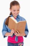 Портрет штилевой девушки читая книгу Стоковая Фотография RF