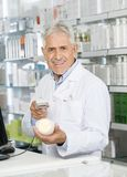 Портрет штрихкода скеннирования аптекаря бутылки шампуня Стоковые Фото