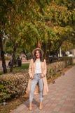 Портрет шляпы девушки нося и пальто в осени паркуют Стоковое фото RF