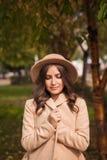 Портрет шляпы девушки нося и пальто в осени паркуют Стоковые Фотографии RF