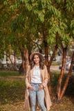 Портрет шляпы девушки нося и пальто в осени паркуют Стоковая Фотография RF