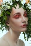 Портрет шляпы цветков девушки нося Стоковые Фото