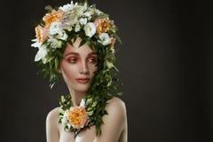 Портрет шляпы цветков девушки нося Стоковые Изображения