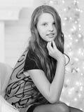 Портрет элегантной довольно длинн-с волосами усмехаясь предназначенной для подростков девушки в Д-р Стоковая Фотография RF