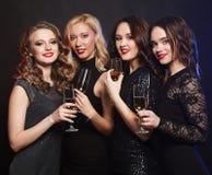 Портрет элегантных молодых женщин с стеклами шампанского на торжестве 1 ром puerto ананаса pina партии молока 3 5 6 8 любой измер Стоковые Изображения