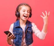 Портрет эмоционального девочка-подростка в наушниках Стоковое фото RF