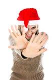 Портрет эмоциональной девушки в шляпе santa при руки показывая s Стоковая Фотография RF