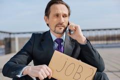 Портрет энигматичного мужчины ища лучшая работа Стоковые Изображения RF