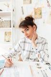 Портрет эскизов чертежа молодой женщины дизайнерских Стоковые Изображения