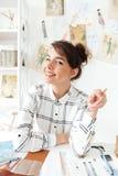 Портрет эскизов чертежа молодой женщины дизайнерских Стоковые Фото
