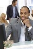 Портрет этнического бизнесмена с компьютером Стоковое Изображение RF
