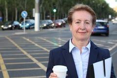 Портрет элегантного зрелого женского главного исполнительного директора в городе Стоковые Изображения RF