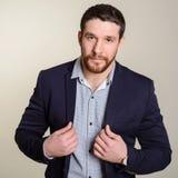 Портрет элегантного молодого человека моды с представлять бороды и усика Стоковые Фото