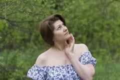 Портрет элегантной женщины в платье с чуть-чуть плечами стоковые изображения rf