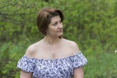 Портрет элегантной женщины в платье с чуть-чуть плечами стоковое фото
