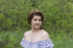 Портрет элегантной женщины в платье с чуть-чуть плечами стоковая фотография