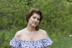 Портрет элегантной женщины в платье с чуть-чуть плечами стоковое изображение
