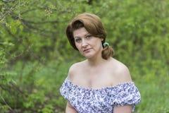 Портрет элегантной женщины в платье с чуть-чуть плечами стоковые фотографии rf
