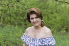 Портрет элегантной женщины в платье с чуть-чуть плечами стоковая фотография rf