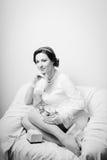 Портрет элегантной красивой молодой дамы в белизне Стоковая Фотография RF
