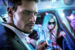 Портрет элегантных знаменитостей перед ночным клубом стоковое изображение