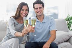 Портрет любовников провозглашать их каннелюры шампанского Стоковые Фотографии RF
