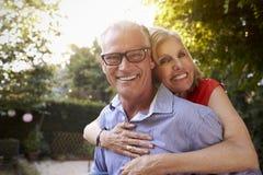 Портрет любящих зрелых пар в саде заднего двора Стоковые Фотографии RF