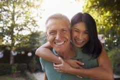 Портрет любящих зрелых пар в саде заднего двора Стоковое Фото