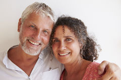 Портрет любящих зрелых пар стоя против стены Стоковые Изображения RF