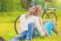 Портрет любящих и милых кавказских пар ослабляя совместно o Стоковые Изображения