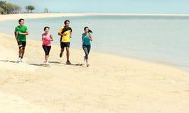 Портрет людей бежать на пляже стоковое фото rf
