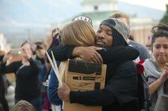 Портрет людей обнимая на протесте козыря стоковая фотография rf