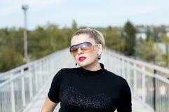 Портрет яркой и сексуальной женщины на мосте Стоковое Изображение