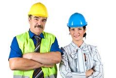 Портрет 2 архитекторов объениняется в команду с трудным шлемом стоковые фото